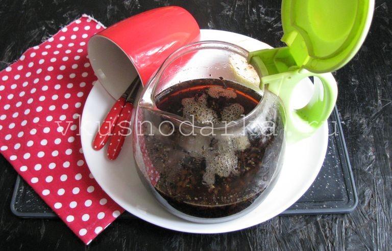 Сухую заварку черного чая залить кипятком