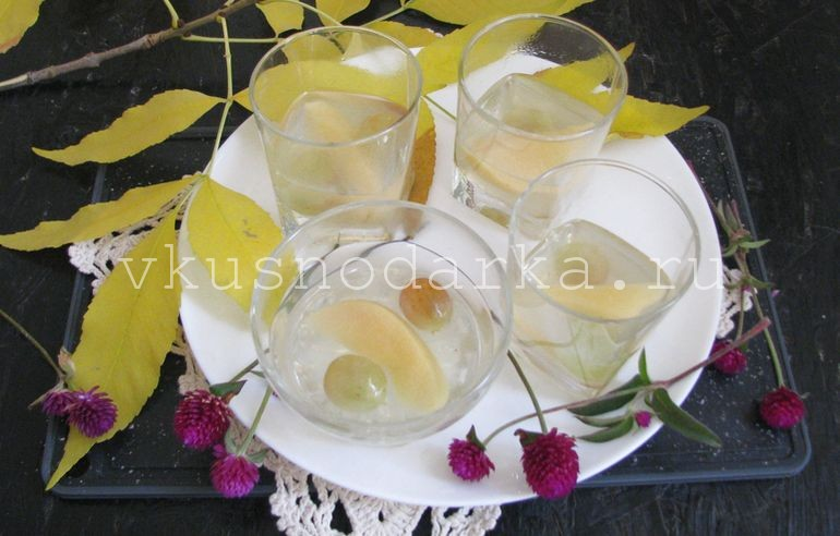 В айвовый отвар ввести желатин, прогреть и разлить по стаканам