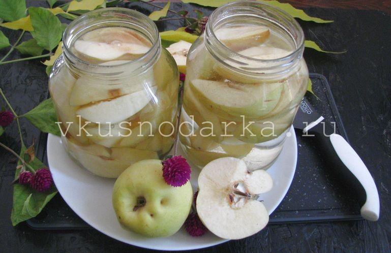 Залить плоды для компота кипятком до самого горлышка