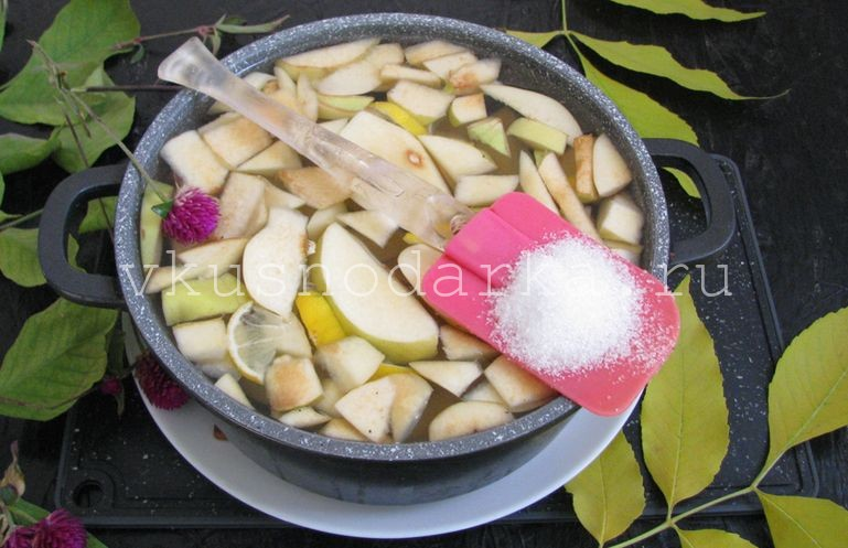 Жидкость от айвы слить в отдельную кастрюлю и добавить сахар