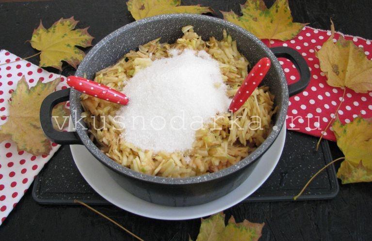 Сверху на яблоки насыпать сахар для яблочного варенья