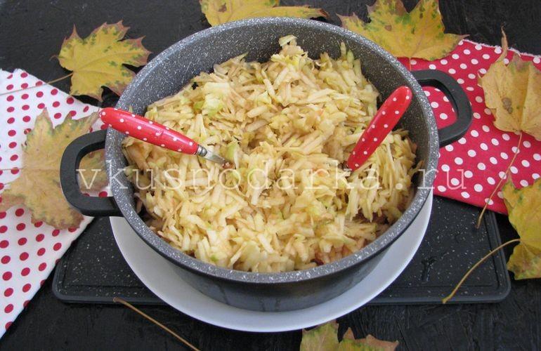 Яблоки сложить в кастрюлю для яблочного варенья